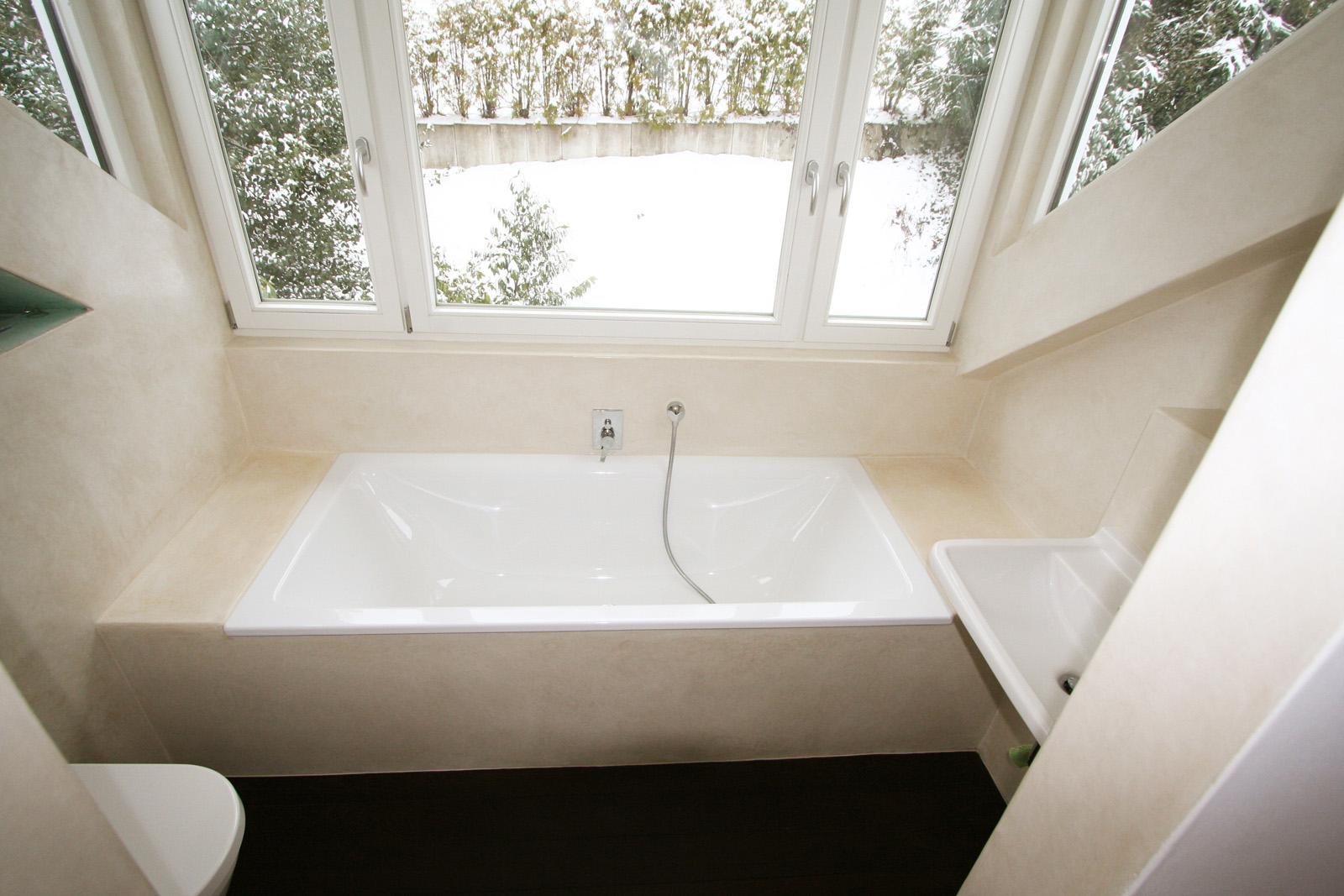 Tadelaktbad In Naturfarben. Hier Wurde Die Kalkputztechnik Tadelakt In  Hellen Naturtönen Gehalten. Das Kleine Bad Wirkt Heirdurch Licht Und  Geräumig.